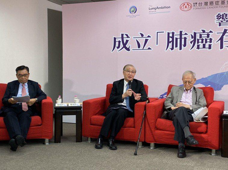 前台大校長楊泮池(中)表示,肺癌最大的問題在早期幾乎無症狀,故預防跟早期診斷是對...