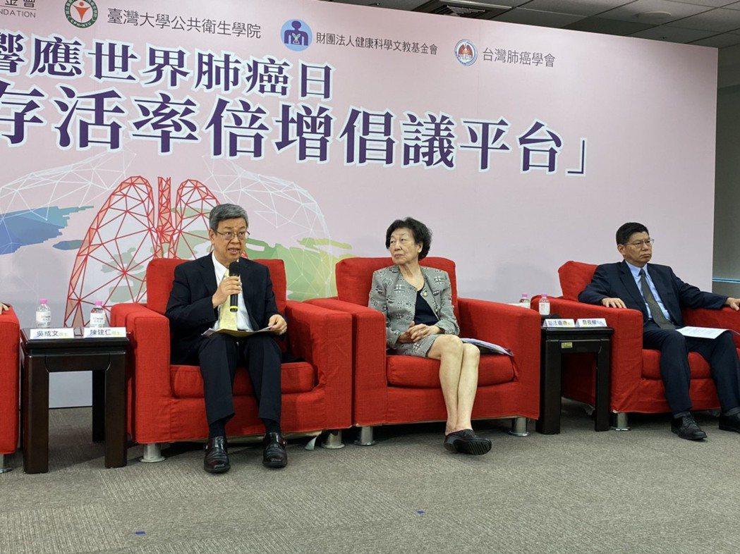 前副總統陳建仁(左)表示,癌症期別與存活率高度相關,只要及早篩檢、早期治療就可增...