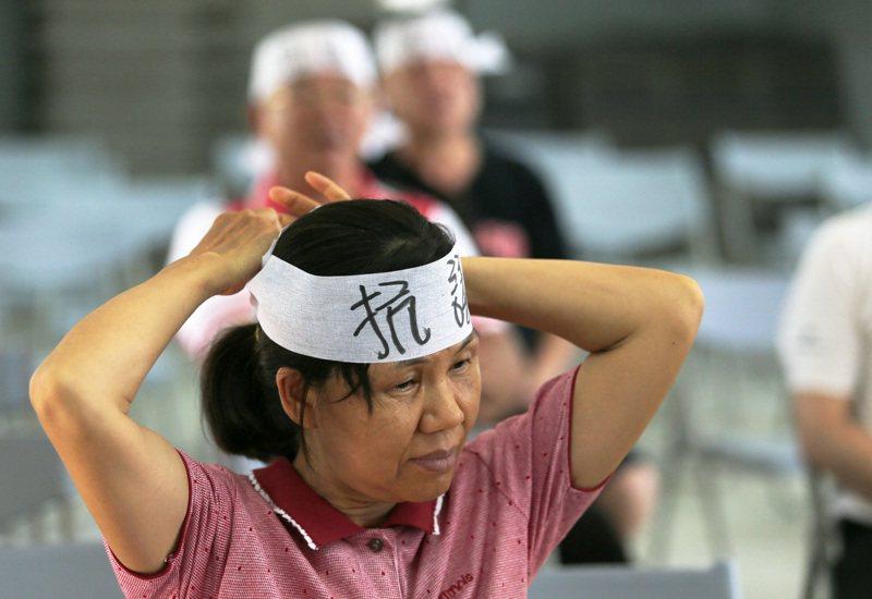 屏東東港共和新村面臨眷改拆除,當地居民表達抗議,希望政府能重視他們的心聲。記者劉學聖/攝影