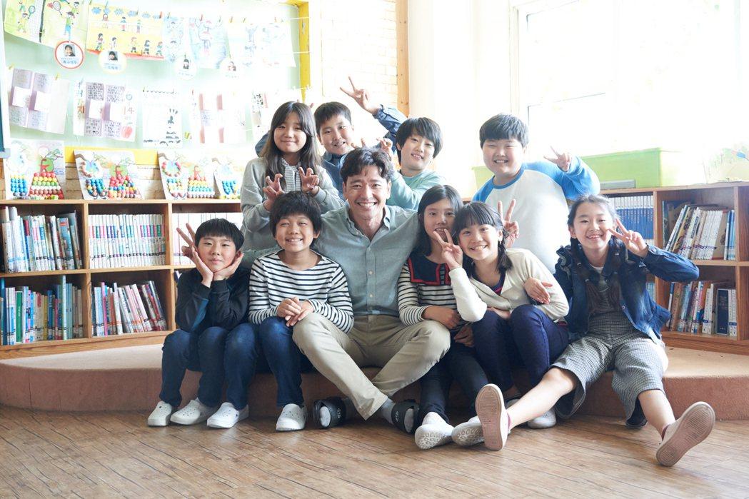 男主角裴秀彬,在片場與片中童星們合影。亮點提供