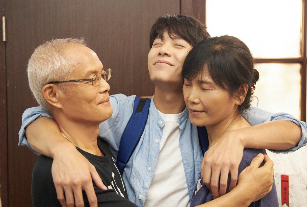 韋禮安新歌「房客」MV邀父母一起入鏡,展現韋家的日常。圖/The Orchard