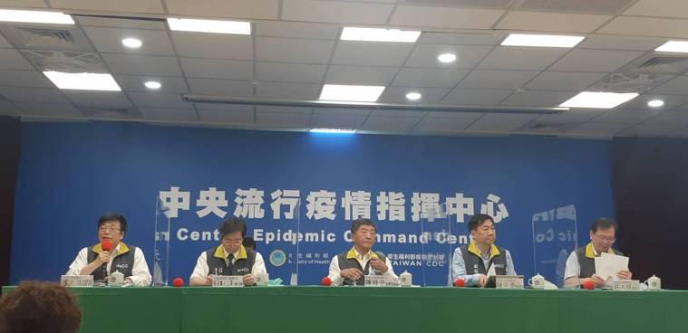 中央流行疫情指揮中心記者會,出席名單第一排由左到右中央流行疫情指揮中心疫情監測組...