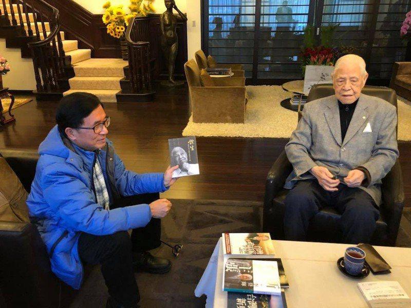 前總統陳水扁的兒子陳致中今天中午在臉書、line貼出陳水扁(左)到翠山莊拜訪李登輝的照片,為李登輝祈禱平安。圖/翻攝陳致中臉書