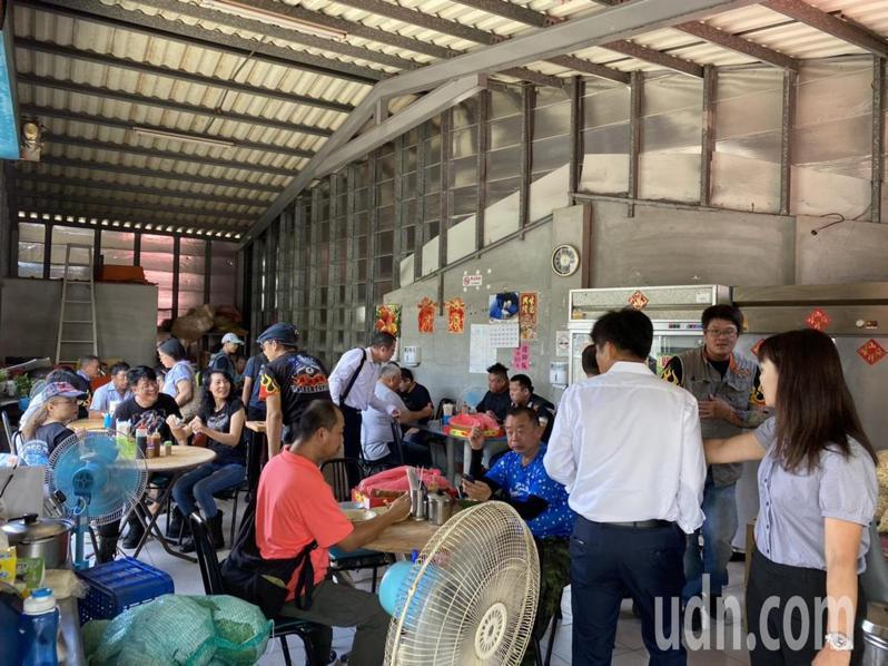 數百名車友到萬丹鄉阿慧飯湯,品嘗屏東特色美食。記者陳弘逸/攝影