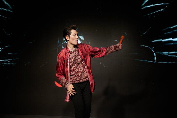 蕭敬騰參加音樂節目配戴TASAKI珠寶,展現珍珠前衛風格。圖/TASAKI提供