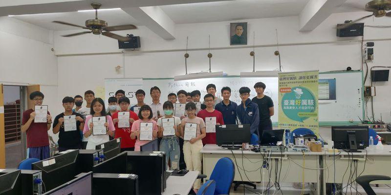 台南一中資訊社結合南部12所明星高中資訊社成立聯盟,要提升南部學生資訊能力,上周六參加教育部「台灣好厲駭」培訓課程。圖/南一中提供
