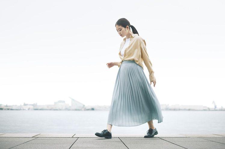 今田美樱詮釋UNIQLO女裝嫘縈條紋上衣790元。圖/UNIQLO提供