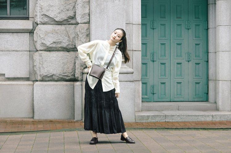 今田美樱詮釋UNIQLO透膚立領襯衫990元、女裝設計細褶裙990元。圖/UNI...