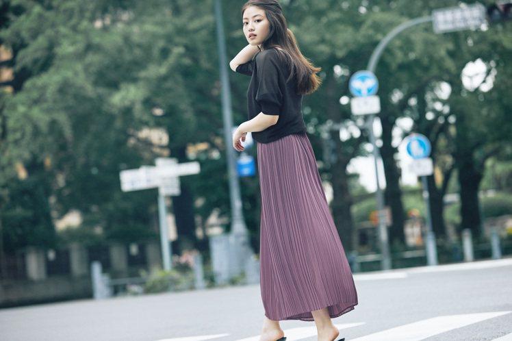 今田美樱詮釋UNIQLO女裝雪紡細褶褲裙990元。圖/UNIQLO提供