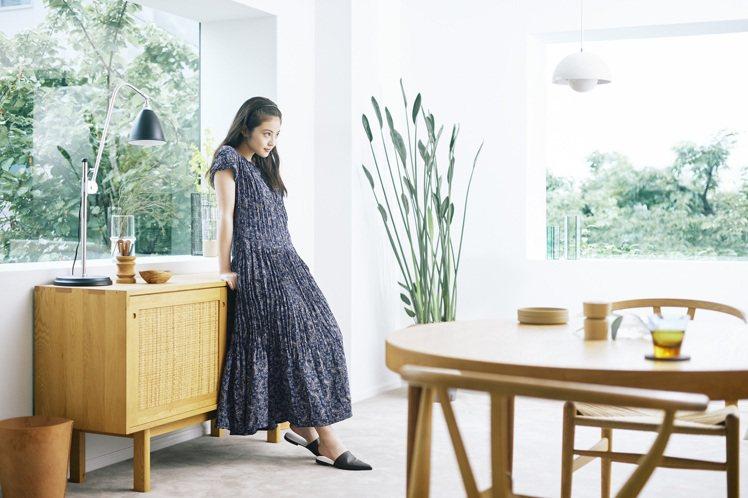 今田美樱詮釋UNIQLO細褶裙990元。圖/UNIQLO提供
