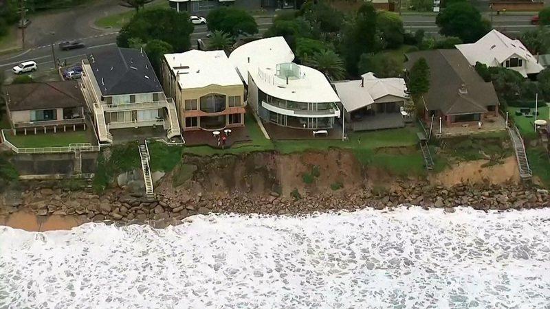 澳洲新南威爾省中央海岸的溫貝拉爾灘海岸豪宅原本座落於海邊懸崖上方,但連續數日的強浪侵蝕,導致懸崖面臨崩潰瓦解。路透