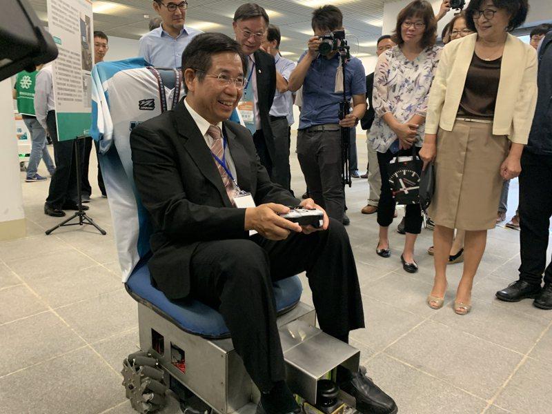 教育部長潘文忠親自試乘「萬向式自動導航輪椅」,直呼是「智慧長照的最佳發明」。記者陳苡葳/攝影