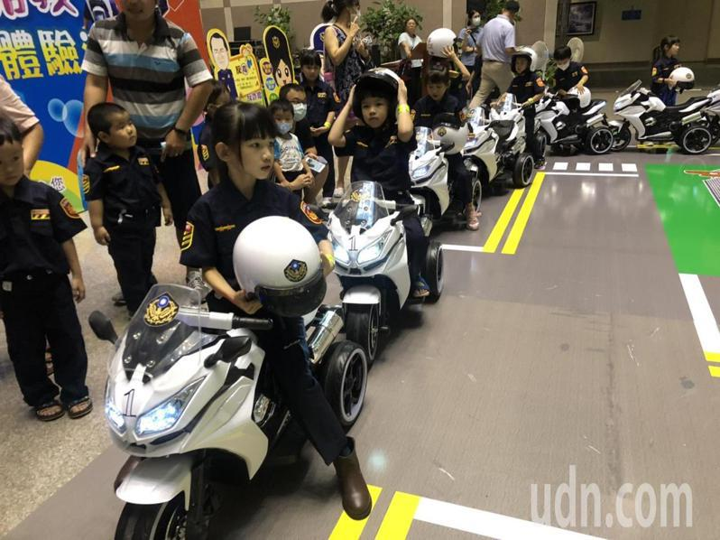 5到7歲幼童穿上警察藏青色制服,騎著哈雷電動小機車。記者李承穎/攝影