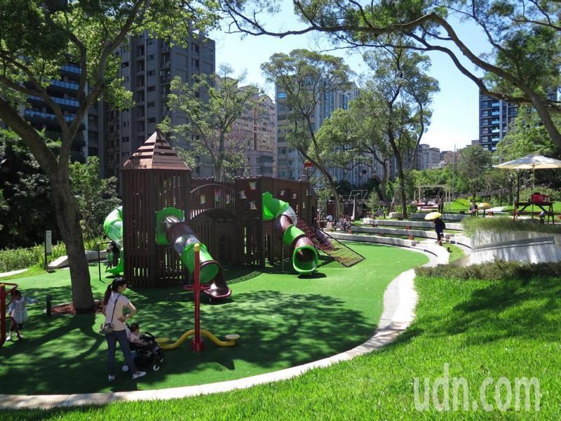 大有梯田生態公園超夯,遊戲區在下午時分仍有不少親子遊戲。記者張裕珍/攝影