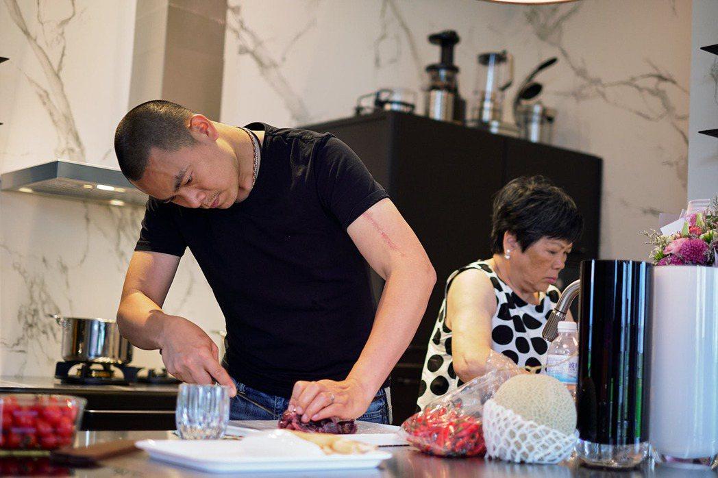 江振誠(左)返台再度重溫和媽媽一起下廚的樂趣。圖/牽猴子整合行銷提供