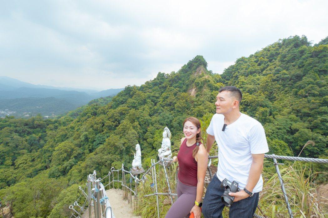 田定豐(右)和魏華萱登平溪的空拍絕景「孝子山」。圖/混種時代提供