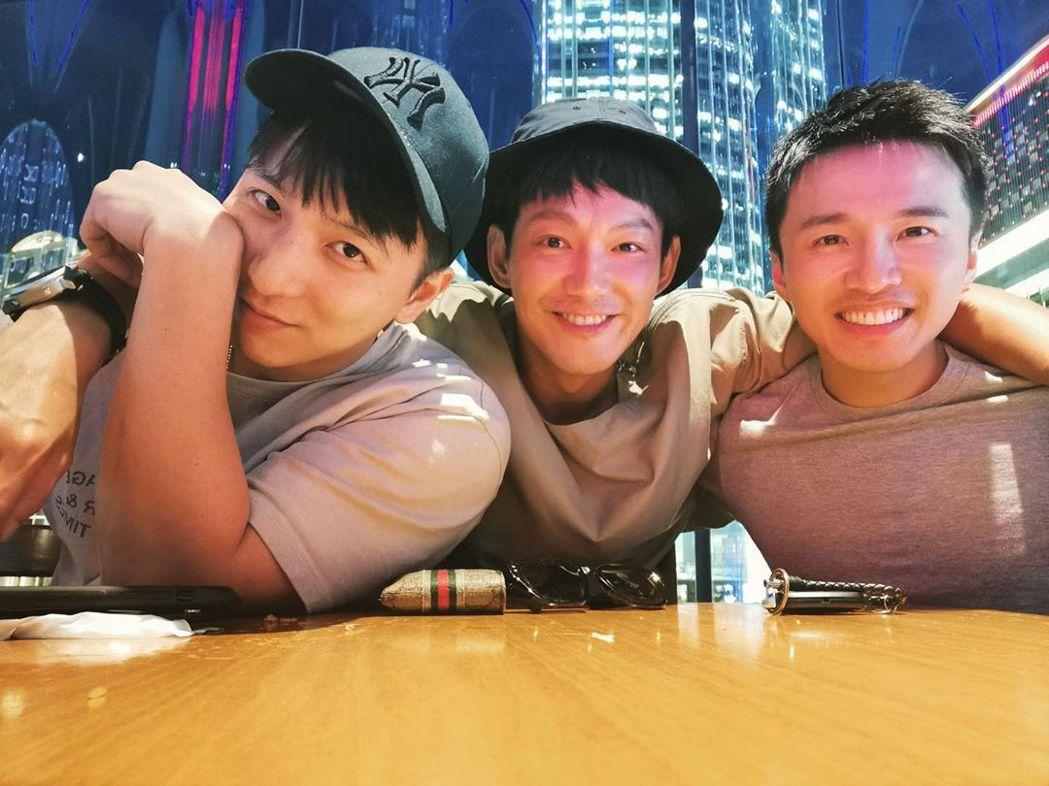 小煜(左起)成為人夫,威廉、阿緯紛紛獻上祝福。圖/摘自IG