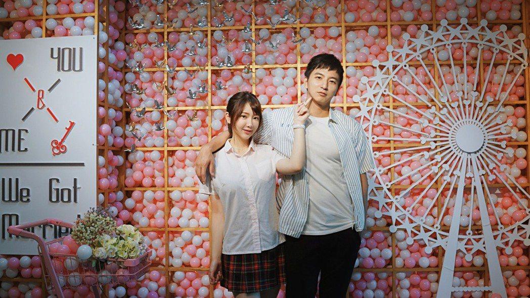 小煜(右)跟老婆言言穿著制服登記結婚。圖/楊奇煜提供