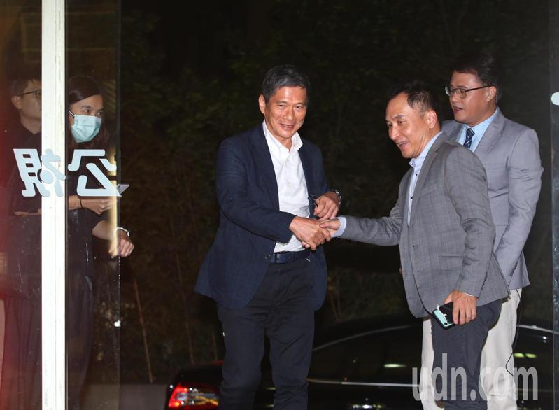 文化部長李永得(中)晚間到公視上節目,日前在臨時董事會中請辭的新聞部經理蘇啟禎(右前)在門口迎接。記者林澔一/攝影
