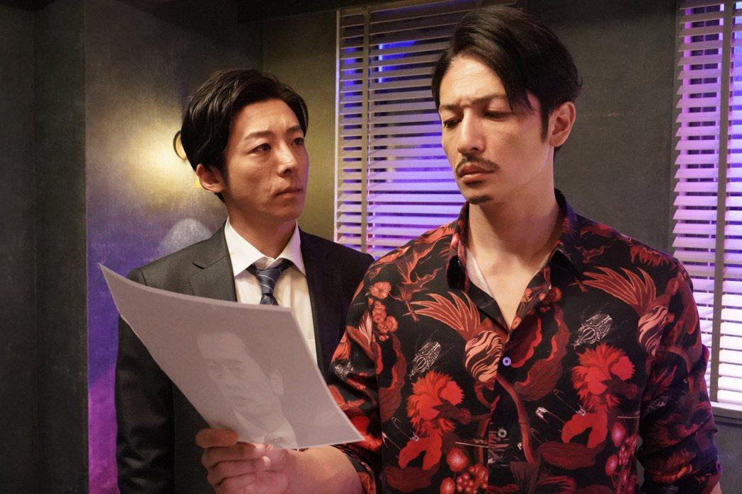 玉木宏(右)和高橋一生在「龍之道 雙面復仇者」中飾演一對雙胞胎兄弟。圖/friD