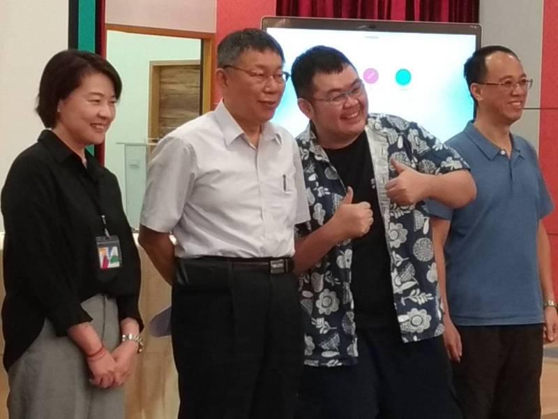 新北市長侯友宜希望提早收回環狀線委託經營。台北市長柯文哲(左二)表示,作為台北市長,不能說要將台北市的北捷股分送新北,幹這種事不就被議員打爆。記者林麗玉/攝影