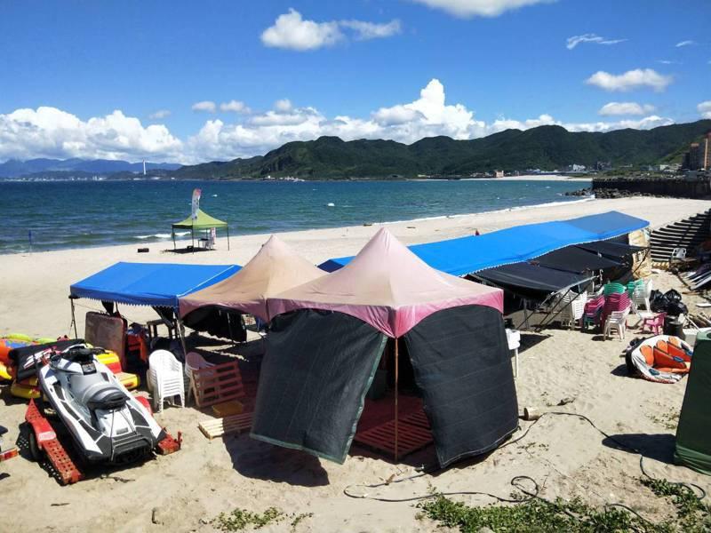 中央和地方政府會勘「小野柳」沙灘後,國產署表示會輔導合法化,但搭設篷架認定占用,要先騰空。記者游明煌/攝影