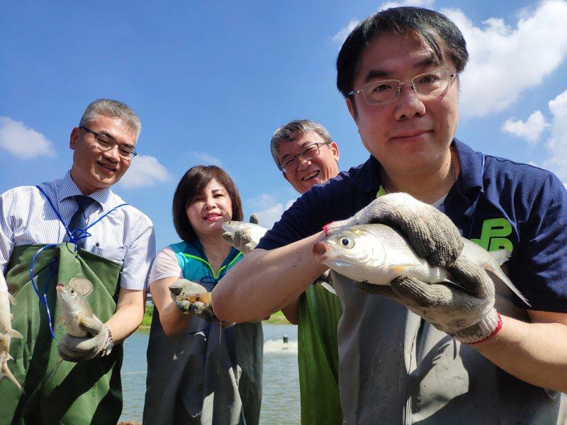 台南市政府攜手全聯福利中心月底鋪貨,台南市長黃偉哲(右)推薦台南新鮮的虱目魚。記者謝進盛/攝影
