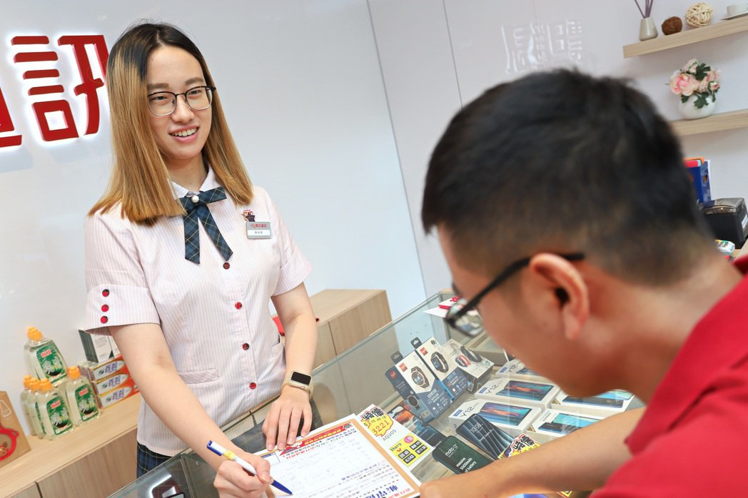 震旦通訊門市服務人員,能在第一時間為民眾的電信資費提供健診。 彭子豪/攝影
