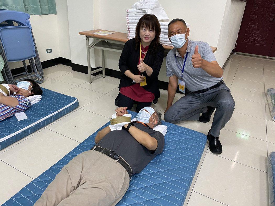 退輔會副主委呂嘉凱(前一),抱著尿布執行約束體驗。 弘光科大/提供。