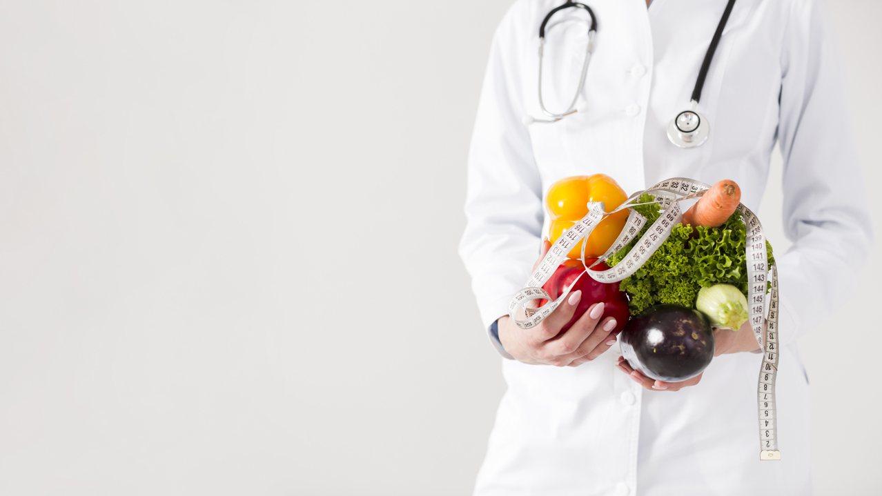 65歲以上銀髮族的飲食營養建議,每天的飲食中都必須含括六大類食物,且須含有蛋白質...