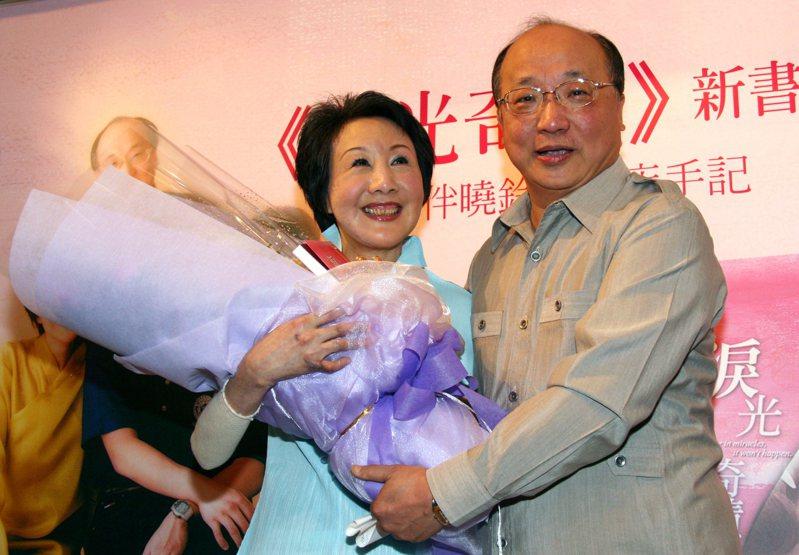 台中市前市長胡志強的妻子邵曉鈴(左)2006年發生嚴重車禍,圖為2007年胡志強將邵曉鈴車禍後復健過程的點點滴滴,寫成《淚光奇蹟》一書出版。 圖/聯合報系資料照片