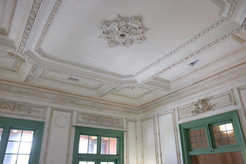 鐵道部廳舍部長室的華麗天花板。 圖/黃仕揚 攝影