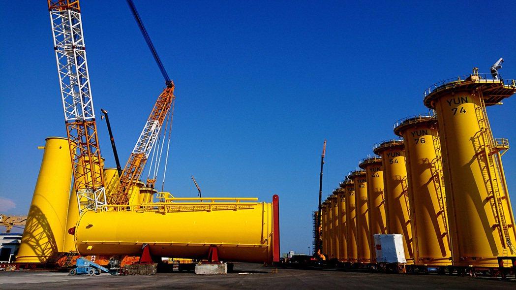 製造完成的水下基礎轉接段於俊鼎大林儲放場進行最後平台與機電設備安裝。