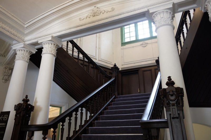 鐵道部廳舍中庭的木造樓梯。 圖/黃仕揚 攝影