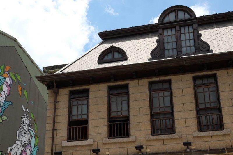 屋頂是經典的馬薩式斜頂,輔以突出的老虎窗。 圖/黃仕揚 攝影
