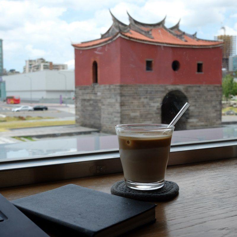山小孩咖啡坐擁北門窗景。 圖/黃仕揚 攝影