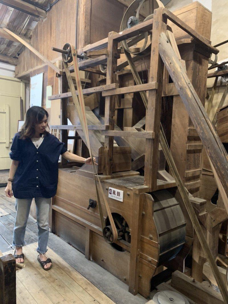 台南市新化老街晉發碾米廠有二樓高的百年檜木碾米機,修復後已可以運轉。 圖/吳淑玲...