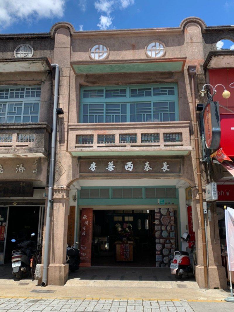 台南市新化老街上的長泰西藥房,期待以另一種形式把故事繼續保存下來。 圖/吳淑玲 ...
