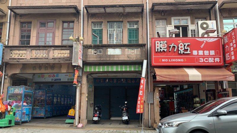 台南市新化老街「生活故事博物館」逐漸成形,在夾娃娃機和3C產品店中間的老房子,昔...
