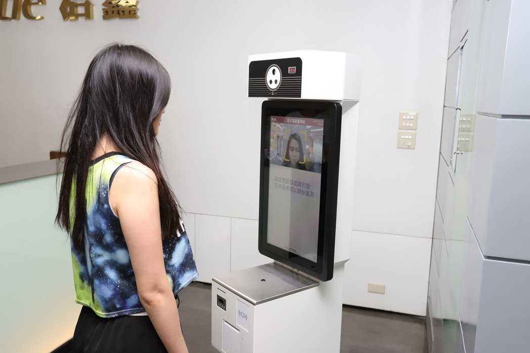 醫療級防疫小站整合醫療級的額溫量測模組、人臉辨識、熱感應印表機、IC晶片卡讀卡機...