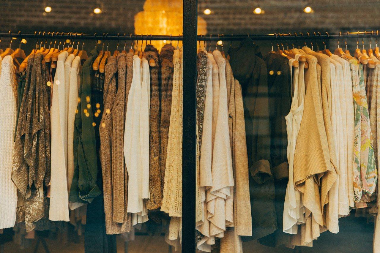 收納達人建議每天整理衣服,依照季節分成三類。 圖/pixabay