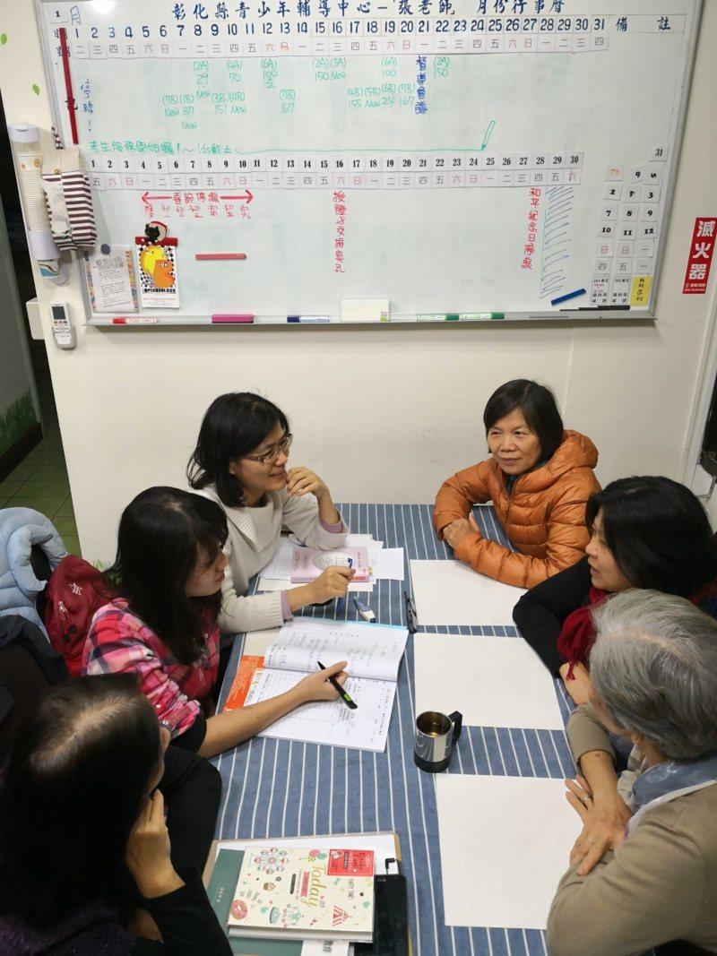 退秀教師許麗芳加入「張老師」擔任社福志工,圖為值班討論。 圖/許麗芳提供