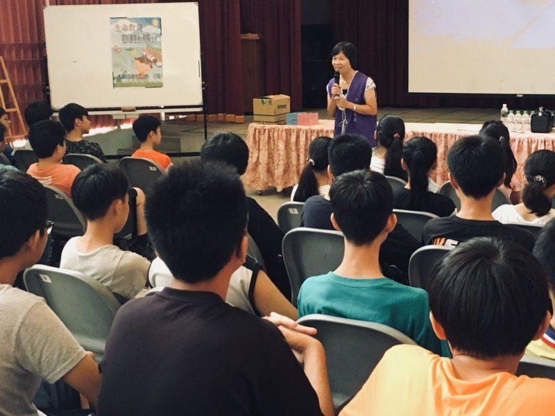 退休教師許麗芳到偏鄉國小舉辦電影讀書會。 圖/許麗芳提供