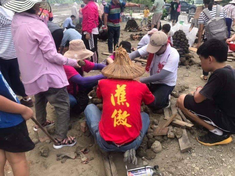 旗一糖廠社區推「蕉傲-農村奧運會」,可以煮碰糖,焢土窯。 圖/高雄市農業局提供