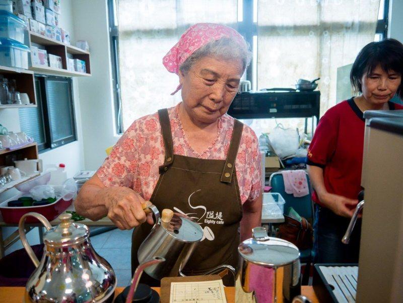 圓富社區開設的阿嬤咖啡館,服務生均齡80歲起跳,是「青銀共創」的最佳範例。 圖/...