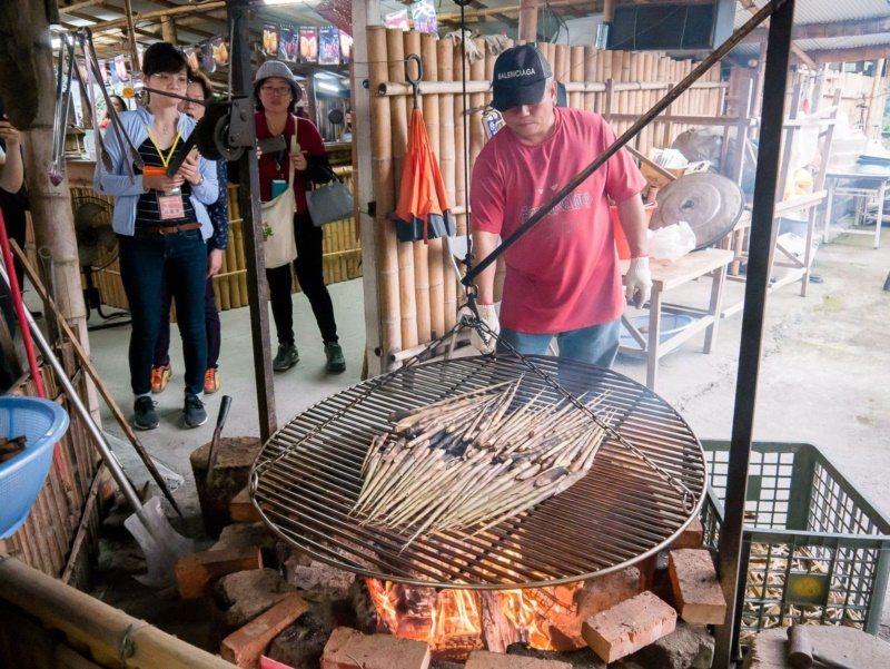 高雄那瑪夏休閒農業區,可以品嘗石板烤肉。 圖/高雄市農業局提供