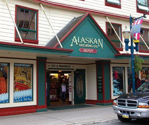 Alaskan Brewing Co.的啤酒廠為減少運輸產生的碳足跡,盡可能使用...