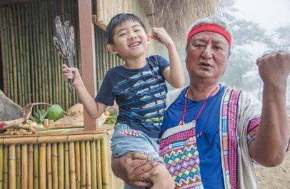 Lucas旅行中入境隨俗,跟著部落的原住民體驗生活,訓練他獨立。 圖/麥浩斯提供