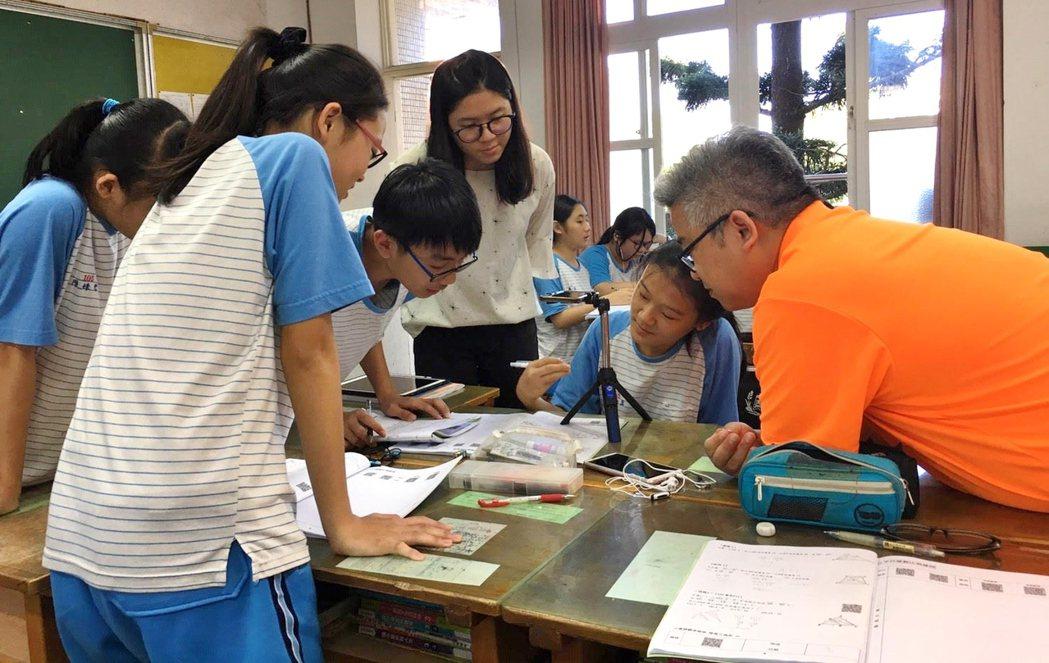 劉繼文老師(橘衣者)上課教學畫面。 誠致教育基金會/提供