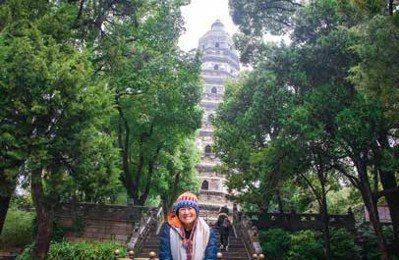 Lucas阿嬤曾冬遊蘇州,來到歷史傳奇景點虎丘拍照。 圖/麥浩斯提供